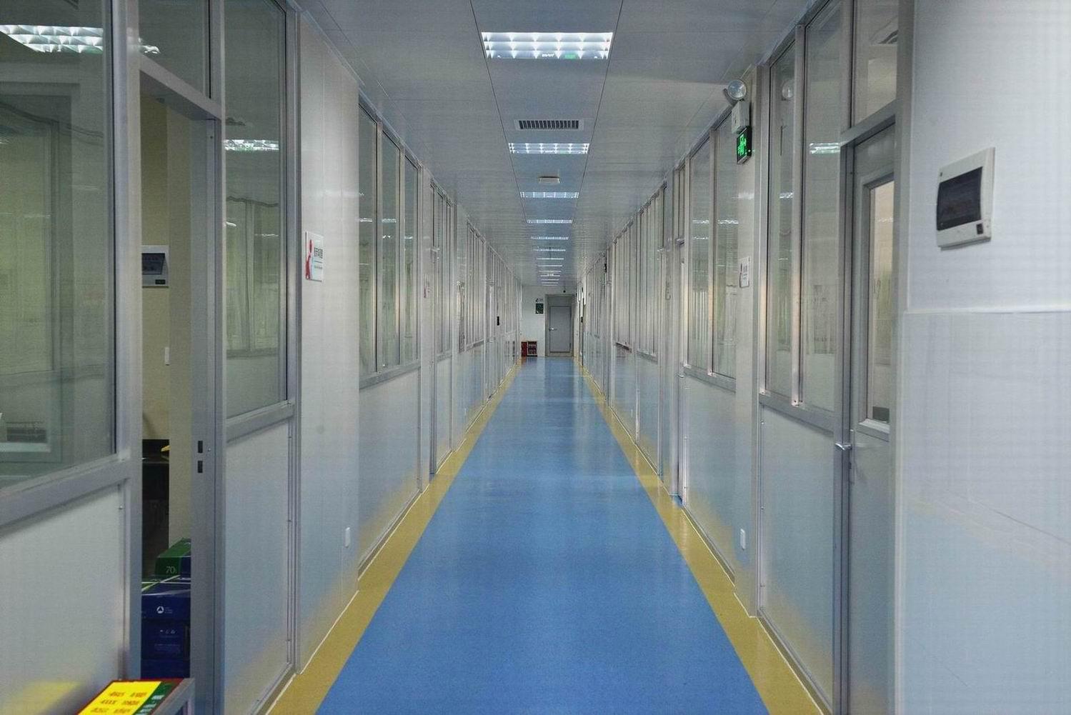 近日,我院检验科完成全面的装修改造,焕然一新。 医学实验室环境、设施管理的好坏直接影响着检测结果的质量,同时实验室生物安全的有效管理是对保证工作人员和环境免受感染或污染的关键。我院医技楼检验科启用于1995年,随着我院二十多年的高速发展,原有的实验室布局、结构和设施等已远远不能满足现代医学实验室的要求。在医院领导大力支持下,经过我院相关部门、检验科和施工方等多方的积极努力,在不影响日常检验工作的前提下针对实验室环境和设施进行了一系列的改造。  检验科的整体布局按照医学实验室生物安全标准,在科室内部划分污染